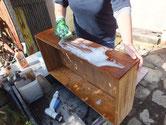 桐たんすの引出洗いです。最初に砥の粉を落す荒洗いをします。