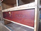 長い年月の間に引出前板が乾燥して縮み、すき間が多く板を貼り修理します。