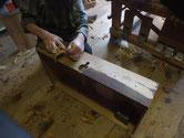 引き出し全面を鉋がけして木地を出し色塗り面を作ります。