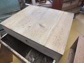 水屋戸棚の引出の底板が割れていますので埋め木をして修理しました。