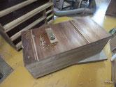 桐たんすの裏板はたいてい割れています。割れを整えて埋め木をして修理します。