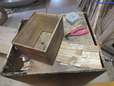 桐箱の裏板を剥がし内部清掃と中板を鉋がけしました。