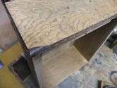 時代箪笥の剥がした材料を再利用しかけた角に貼り修理します。角の黒い所が再利用の材料です。
