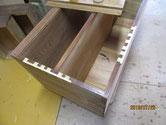 桐箪笥本体の胴縁、棚板の欠けた所に新しい桐を貼り修理します。