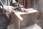 新しい前板に引出本体を木クギを打ち接合させます。