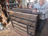 天板が素人直しでガタガタの為、外して作り直した天板を貼っています。