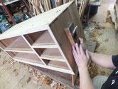 本体の側板を鉋がけします。汚れが強いため多く削ります。