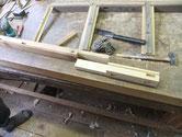 水屋戸棚の柱が虫食いのため再生不可能のため切取修理をしました。乾燥後、組み立てに向けた修理が続行できます。