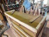 時代箪笥の台輪に虫が入りガサガサのため取り換え修理をしています。