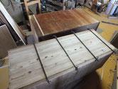 桐たんすの裏板、天板の割れをハタガネで締め、すき間は埋め木で直します。