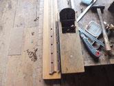 引戸の格子を鉋がけして色の塗れる状態にします。