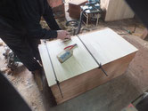 汚れが強いため裏板を剥がし新しい桐板を貼り直しました。