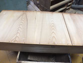 古い箪笥の引出底板は割れが出ています。埋め木による修理をします。