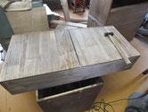 引出底板に割れが出来ている為、割れ幅を整え埋め木修理をします。