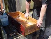 時代箪笥の引出の荒洗いを終え洗剤洗いをしています。