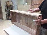 砥の粉ヤシャ仕上げを終え乾燥した面にロウを塗りこみ塗膜を作ります。