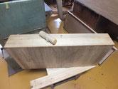 重ね桐たんすの引出前面にカルカヤをかけ柾目を引きたてました。
