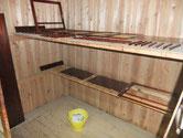 菰野町より修理依頼の水屋戸棚の漆塗りです。漆の色もだんだん良くなっています。