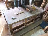 水屋戸棚の分解前の大変な仕事です。板に打ってある釘を全て抜きます。
