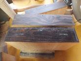 大阪市より修理依頼の黒檀箪笥の引出の塗膜剥がしです.塗膜剥がしの前後です。