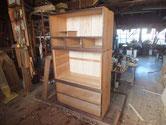 箪笥側板に鉋をかけ木地を出し塗膜が取れました。