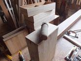 生地調整を終えた引出と本体の前面にカルカヤをかけ柾目を引き出します。