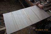 新しく貼る裏板の桐板に鉋をかけて表面を作っています。