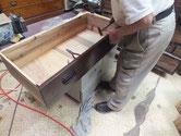 徳島より修理依頼の時代箪笥の金物打ちです。