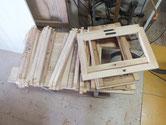 分解したパーツの木地出しをして塗装が出来る状態です。