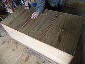 桐たんすの裏板が大抵は数本割れています。写真のように埋め木をして平らになる様、鉋がけします。
