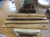 箪笥パーツの割れ、欠けを取り新しい木を埋め込み修理をします。