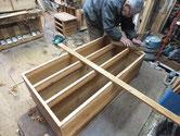 本体胴縁、棚板に新桐を貼る為、表面を削り整えています。