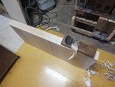 開き総桐箪笥の盆引きを鉋がけして白木地を出します。