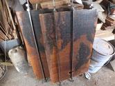 時代箪笥の引き戸の中の戸板です。記念の絵が描いてある為、割れの接合だけで終わります。接着後、縮んだ分だけ木を足す作業をします。