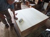 時代箪笥の裏板は荒い塗装と質の悪い板が多く使われている為、交換します。