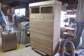 引出全面の再度の木地調整と引出内部の清掃修理をしました。