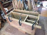 時代箪笥の胴縁、棚板は欠けている為、新しい板を貼り修理します。