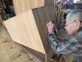 桐タンス本体側板の鉋がけです。この箪笥は削り易く有難いです。