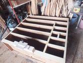 本体の胴縁、棚板は欠けたり、へこんでいたりするので新しい板を貼り修理します。