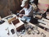 箪笥に付いていた金物を叩き伸ばし錆汚れを取り塗装しなおします。