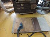 帳場箪笥上置きの裏板の汚れ落としをしています。