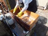 北海道より修理依頼の時代箪笥の引出を荒洗いと洗剤洗いをしました。