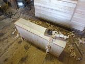 新しく貼り付けた桐の柾板の表面を整えるため鉋がけします。