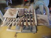 引戸の枠、戸板を磨き木地を出しました。水塗りをして表面を整える準備です。