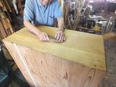 本体天板、側板に塗ってあるニスを小鉋で削り取りサンダーで表面を整えました。