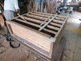 時代箪笥の胴縁、棚板の鉋がけをして接地面を作ります。