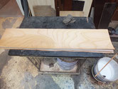箪笥の前板を作り直します。ケヤキの単板をプレスします。