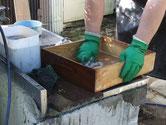 引出は長年の汚れが浸み込み洗うのが大変です。かなり汚れは取れ綺麗になったと思います。
