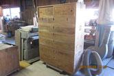 本体と引き出し、戸板などをサンダーを使い木地調整しました。