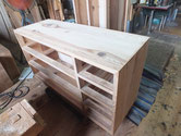 裏板を貼り替え、側板の割れに埋め木修理をして木地を出しました。